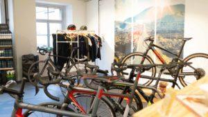 fahrräder und kleider in einem ausstellungsraum
