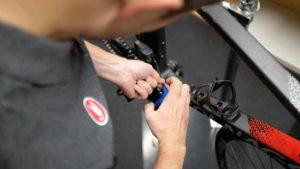 hände eines mechanikers, der an ein fahrrad repariert