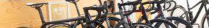 verschiedene rennräder in ausstelungsraum