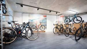 Ausstellungsraum eines Fahrradgeschäfts mit Werkstatt im Hintergrund