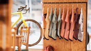 Kleideraush vor Schaufenster mit ausgestelltem Fahrrad