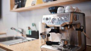 Kaffeemaschine auf Küchenablage