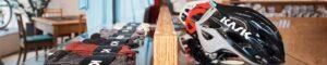 Socken und Helme auf einer Auslage